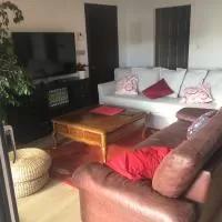Hotel Suite 4p, hab +salón cocina +jardín .cerca de todo en maruri-jatabe